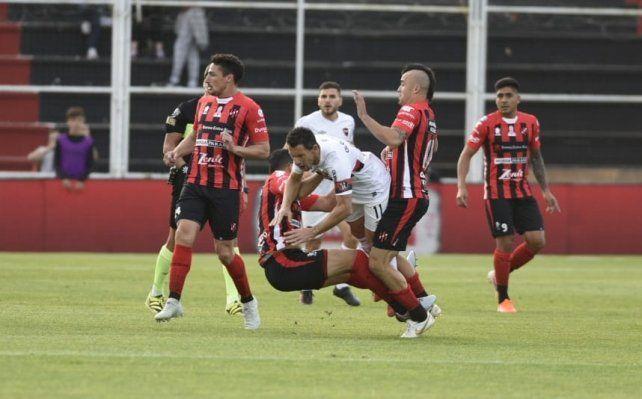 Maxi Rodríguez no puede pasar entre la férrea marca de la defensa de Patronato.