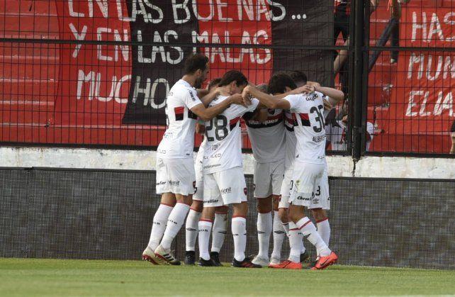 Todos abrazan a Rodrigo Salinas tras marcar el tanto de apertura ante Patronato.