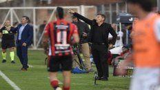 Para allá. El entrenador rojinegro señala para darle una indicación al equipo. Newells logró una gran victoria en un reducto complicado como Paraná.