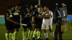 Maxi Rodríguez siempre es de los que charlan con los árbitros.