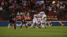 Los jugadores leprosos se unen en el festejo de uno de los tres tantos del equipo de Kudelka.