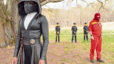 disruptiva. La historia transcurre en Estados Unidos, donde los policías ocultan su identidad detrás de máscaras para protegerse de atentados.
