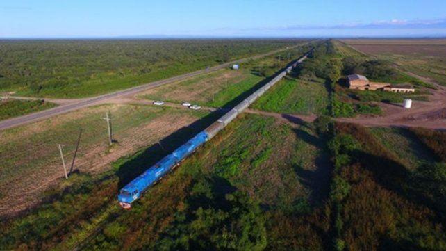 Experiencia. Primera prueba de formación de cien vagones en las afueras de la ciudad de Santa Fe.
