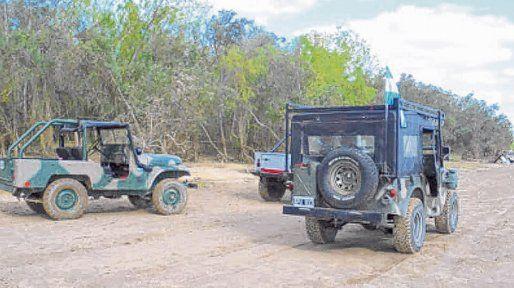 Un safari en la isla. A raíz de la bajante del río, jeeps y 4x4 bajan del puente en la zona de islas y circulan por el humedal.