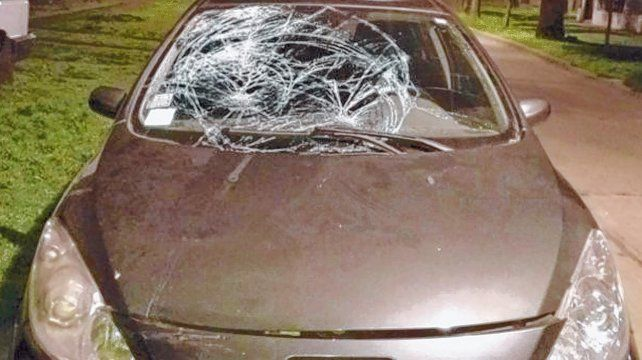 Elocuente. Así quedó el vehículo que conducía un joven de 28 años que, tras atropellar al policía, intentó fugarse.