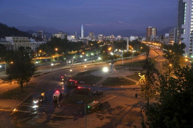 El toque de queda de esta noche dejó desierta a Santiago.
