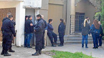 Dolor. Varios policías dieron el último adiós ayer a Marcos Di Fazio.