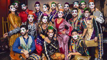 Locales. El grupo formado por 20 artistas fusiona actuación, música, canto, maquillaje y vestuario con humor e ironía.
