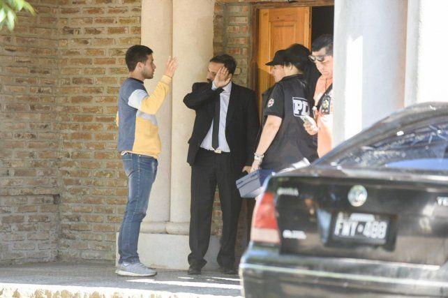 El fiscal de Homicidios Adrián Spelta arribó a la casa donde fue acribillado Ema Pimpi a poco de trascender la balacera.