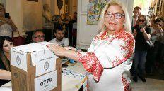 La diputada nacional Elisa Carrió al momento de votar.