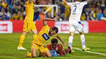 A rebelarse. Lucas Gamba protesta una acción en la caída ante Vélez, con el goleador Riaño afuera de foco.