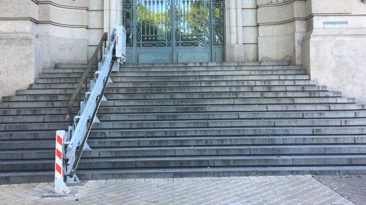 La escalera de la Aduana quedó con una sola baranda. La otra se la robaron el último sábado.