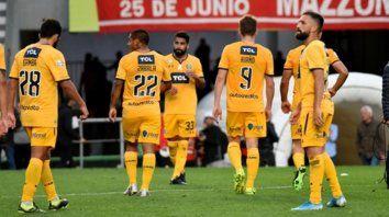 De capa caída. Los futbolistas canallas no encuentran consuelo tras la dura derrota sufrida ante Estudiantes, en La Plata.