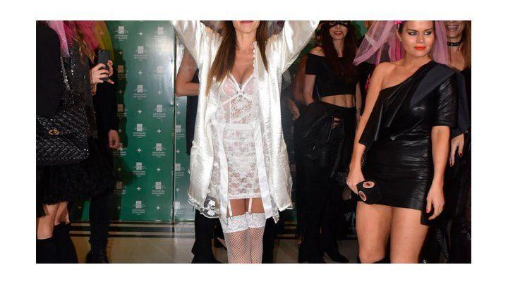Las fotos de la despedida de soletera de Pampita, disfrazada de novia sexy