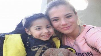 A ayudar. Camila y su mamá, Cintia, deben viajar a Buenos Aires.