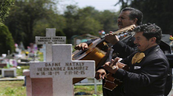 Música. Mariachis tocan ayer en el cementerio San Isidro de México.