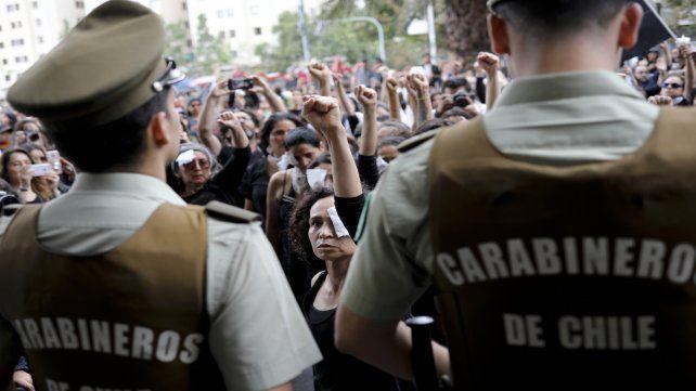 Protesta. Los manifestantes ayer en el centro de Santiago desafiaban a los carabineros.