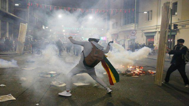 Resistencia. Choques entre policías y manifestantes en cercanías del palacio presidencial en La Paz.