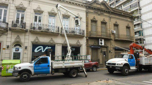Operarios de la Municipalidad trabajan en Mitre y Urquiza por la caída de una columna.