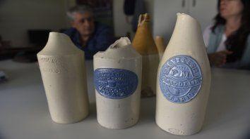 Las botellas se importaban desde el Reino Unido y Alemania y, ya en el país, cada fábrica fraccionaba su cerveza y le colocaba su etiqueta, también hecha de cerámica.