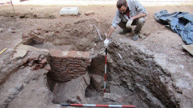 trabajos. La estructura encontrada cerca del mástil, en el patio de la facultad. Trabajaron docentes y alumnos de arqueología.