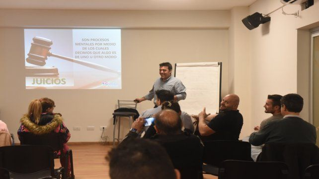Un instructor en plena clase de coaching ontológico en un instituto del centro rosarino. En 2014