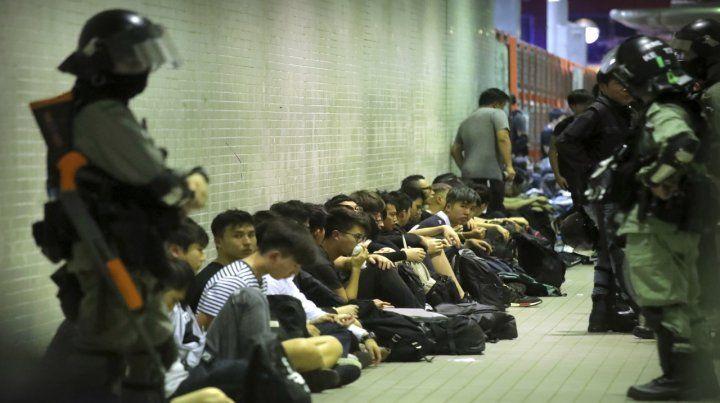 Decenas de jóvenes esperan ser trasladados. Su destino sería una cárcel china si prospera el proyecto que impulsa el Partido Comunista.