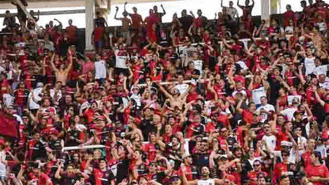 Marea roja y negra. Una multitud de leprosos apoyó al equipo en el Kempes.