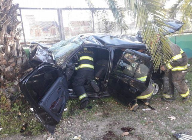 Tres jóvenes murieron al chocar contra una palmera