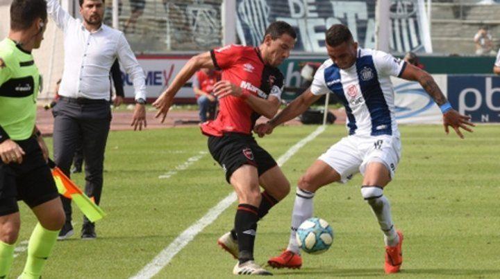Sotana para uno. Maxi Rodríguez maniobra ante Valoye. La Fiera no rindió al igual que el resto del equipo.
