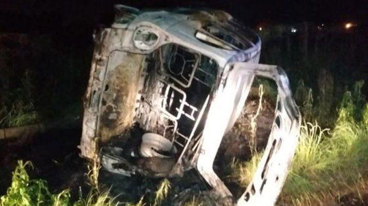 Al conductor de un auto se le atascó el acelerador, volcó y se incendió el auto