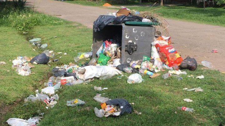 Vecinos de Funes arrojan residuos en la puerta de la Municipalidad ante la falta de recolección