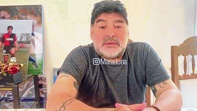 La imagen en su Instagram. Maradona se filmó para contestar y en el fondo se ve un poster de cuando jugó en Newells.