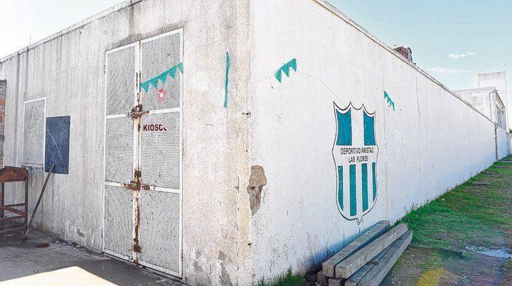 El portón de ingreso al club Deportivo Amistad tuvo que ser reparado después de cada robo.