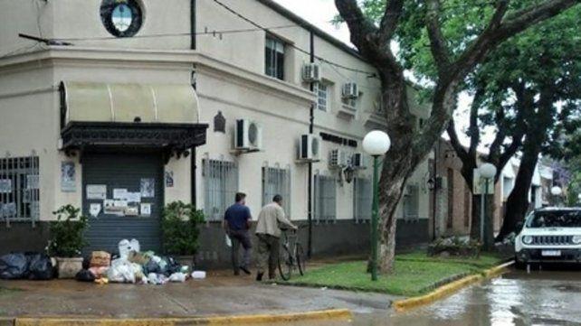 Postal de la bronca. El enojo de los vecinos quedó reflejado frente al municipio donde arrojaron basura.