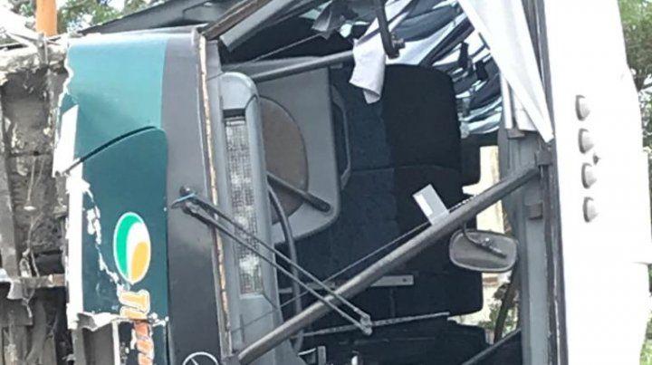 Las imágenes del micro que volcó cuando iba de Rosario a Santa Fe