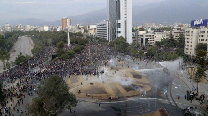 Santiago. Imagen de esta semana en otro choque de la policía y sus tanques hidrantes con manifestantes.