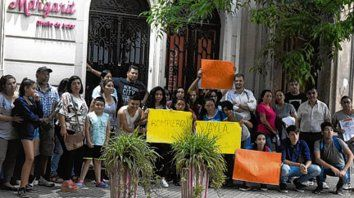 Protesta. Alumnos y padres, frente a la sede de la empresa, en España 486.