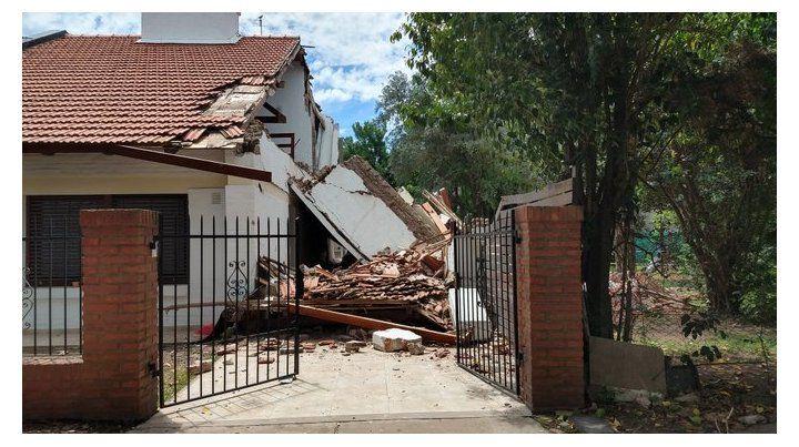 Una parte del chalet de General Paz al 2100 se derrumbó por completo. (Foto: @PedroLevyok)