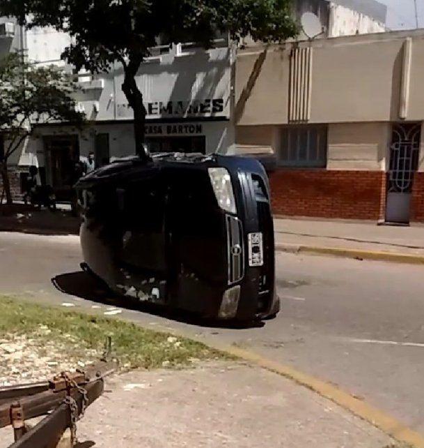 El Fiat Idea hizo un trompo y quedó volcado sobre el costado del acompañante. (Foto: @radio2rosario)