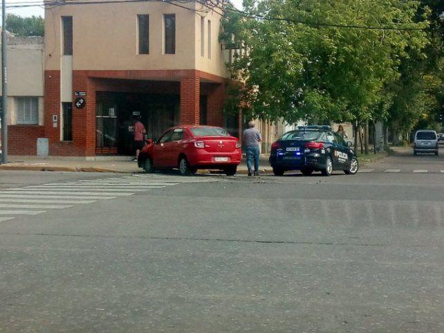 El Logan chocó al Fiat Idea que circulaba por Seguí. (Foto: @accidentecalle)