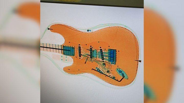 Un español quiso entrar por Ezeiza con siete kilos de cocaína en una guitarra