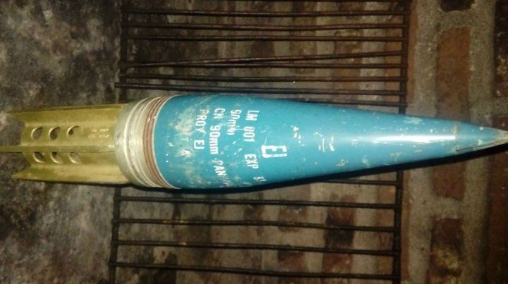 El proyectil hallado ayer por la tarde en una vivienda ubicada en la zona oeste de la ciudad.