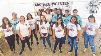 El grupo de estudiantes de quinto año del secundario junto a la profesora María José Castro organizaron charlas y visitas para reflexionar sobre las huellas de la dictadura en la zona.