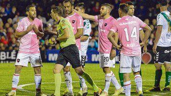 El 20 vio la amarilla. Lamolina se la sacó a Julián Fernández, que le reclama desde atrás, lo mismo que hace Maxi de frente.