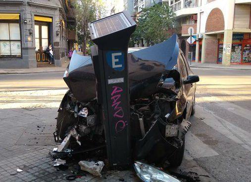 Perdió el control del auto y se estrelló contra un parquímetro
