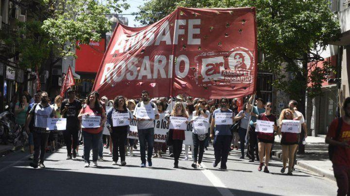 La marcha avanzó por calle Santa Fe hacia la plaza San Martín.