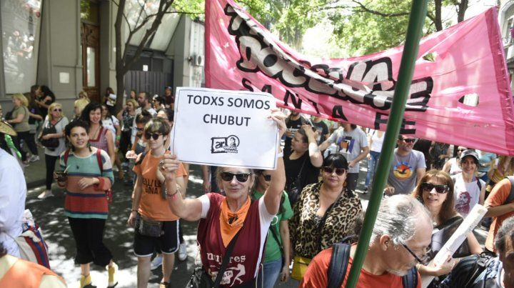 Los docentes en la marcha de esta mañana en repudio a los incidentes en Chubut.