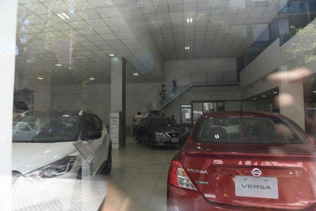 El interior de la concesionaria NIssa asaltada ayer en Paraguay al 200.