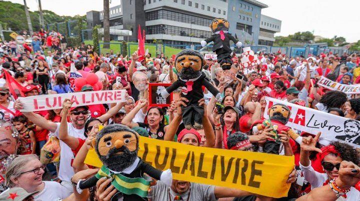 Una multitud esperó a Lula a la salida de la cárcel.